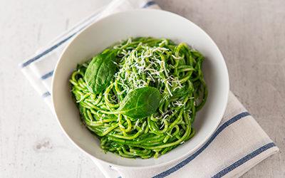 Tallarines con salsa verde cremosa