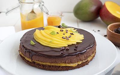 Tarta de chocolate y mango fresco